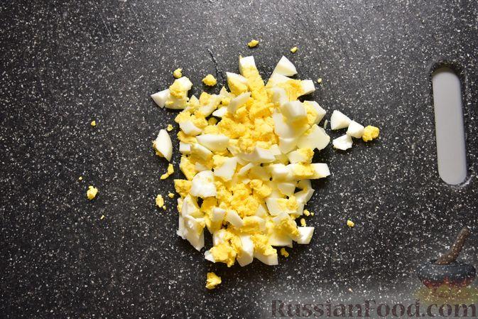 Фото приготовления рецепта: Салат с тунцом, кукурузой, солёными огурцами и яйцами - шаг №9