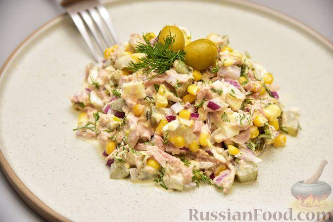 Фото приготовления рецепта: Салат с тунцом, кукурузой, солёными огурцами и яйцами - шаг №12
