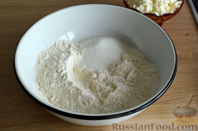 Фото приготовления рецепта: Творожные дрожжевые пирожки с апельсинами - шаг №4