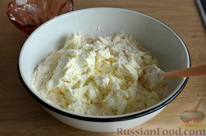 Фото приготовления рецепта: Творожные дрожжевые пирожки с апельсинами - шаг №6