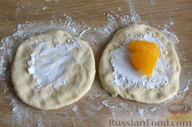 Фото приготовления рецепта: Творожные дрожжевые пирожки с апельсинами - шаг №13