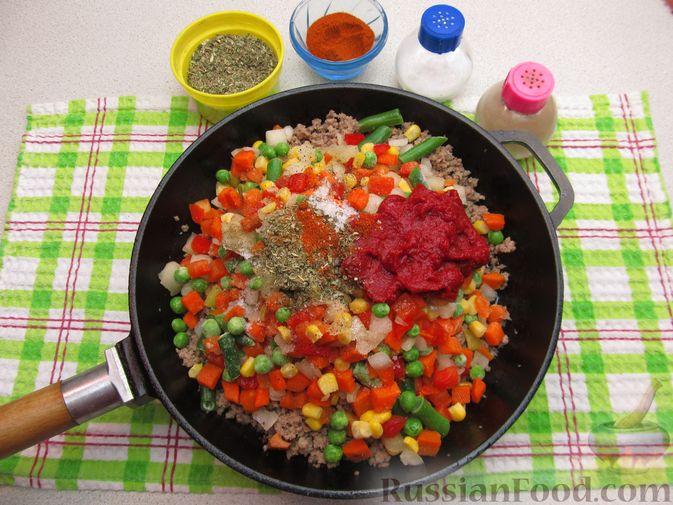 Фото приготовления рецепта: Картофельная запеканка с мясным фаршем и замороженными овощами - шаг №3