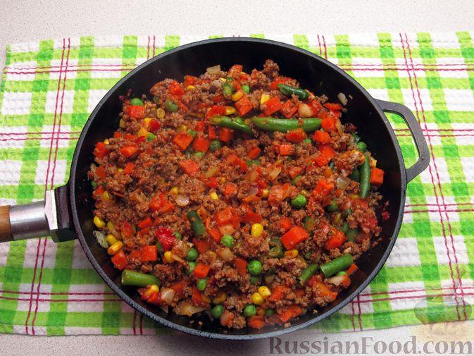 Фото приготовления рецепта: Картофельная запеканка с мясным фаршем и замороженными овощами - шаг №4