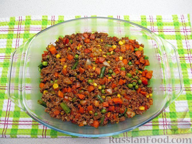 Фото приготовления рецепта: Картофельная запеканка с мясным фаршем и замороженными овощами - шаг №9