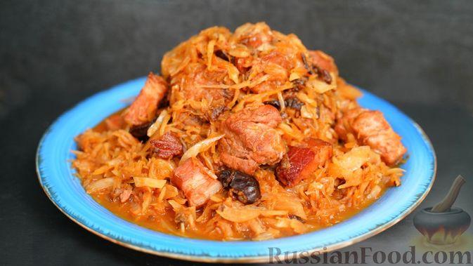 Фото к рецепту: Бигос со свиными ребрами, квашеной и свежей капустой