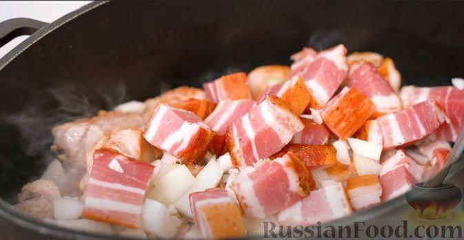 Фото приготовления рецепта: Бигос со свиными ребрами, квашеной и свежей капустой - шаг №4