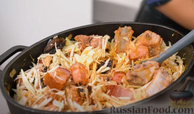 Фото приготовления рецепта: Бигос со свиными ребрами, квашеной и свежей капустой - шаг №6