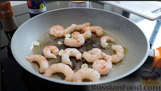 Фото приготовления рецепта: Салат с креветками и авокадо - шаг №2