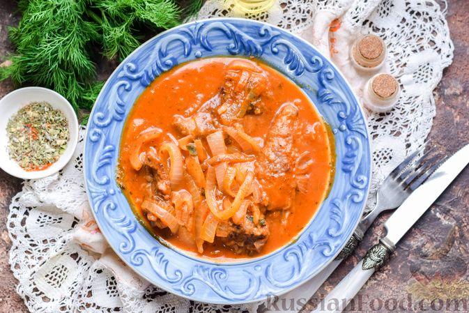 Фото к рецепту: Говядина, тушенная с луком в томатном соусе