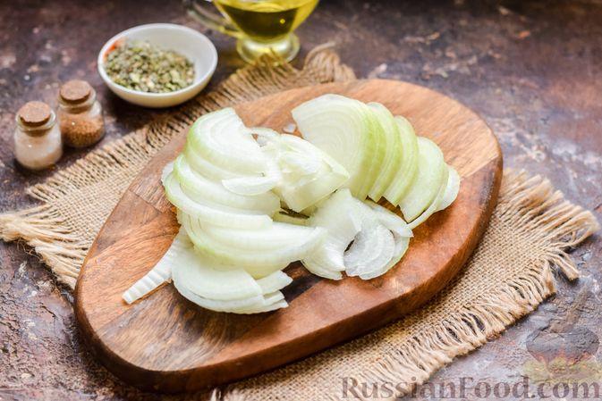 Фото приготовления рецепта: Говядина, тушенная с луком в томатном соусе - шаг №2