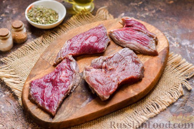 Фото приготовления рецепта: Говядина, тушенная с луком в томатном соусе - шаг №4