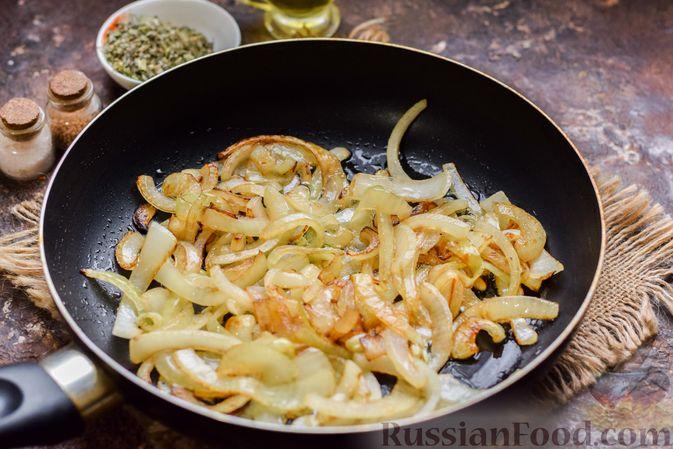Фото приготовления рецепта: Говядина, тушенная с луком в томатном соусе - шаг №3