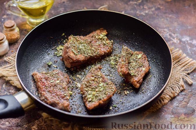 Фото приготовления рецепта: Говядина, тушенная с луком в томатном соусе - шаг №7
