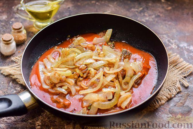 Фото приготовления рецепта: Говядина, тушенная с луком в томатном соусе - шаг №9