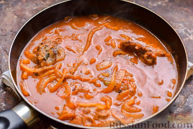 Фото приготовления рецепта: Говядина, тушенная с луком в томатном соусе - шаг №11