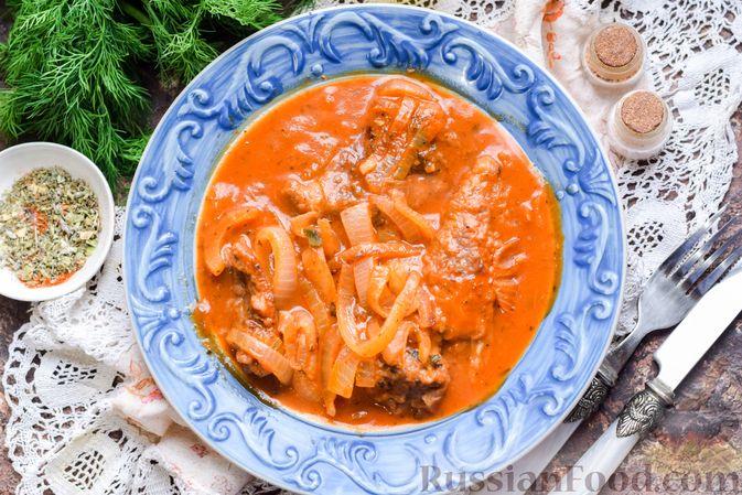 Фото приготовления рецепта: Говядина, тушенная с луком в томатном соусе - шаг №12