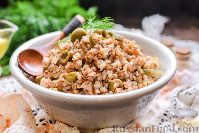 Фото к рецепту: Гречка с консервированным тунцом и оливками