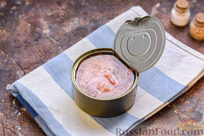 Фото приготовления рецепта: Гречка с консервированным тунцом и оливками - шаг №6