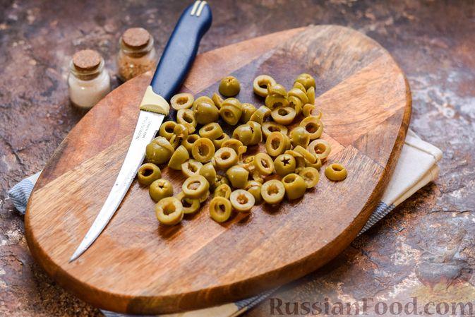 Фото приготовления рецепта: Гречка с консервированным тунцом и оливками - шаг №4