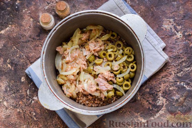 Фото приготовления рецепта: Гречка с консервированным тунцом и оливками - шаг №9