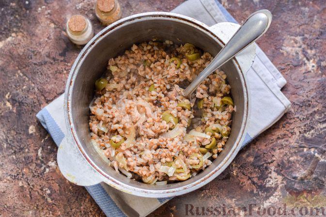 Фото приготовления рецепта: Гречка с консервированным тунцом и оливками - шаг №10