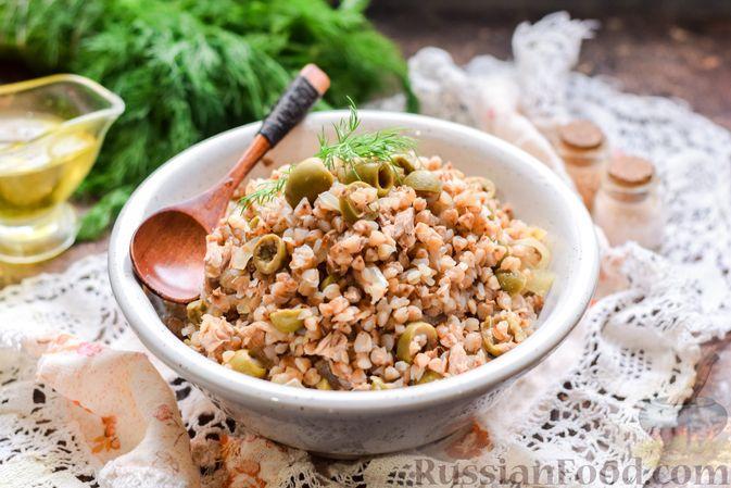 Фото приготовления рецепта: Гречка с консервированным тунцом и оливками - шаг №11