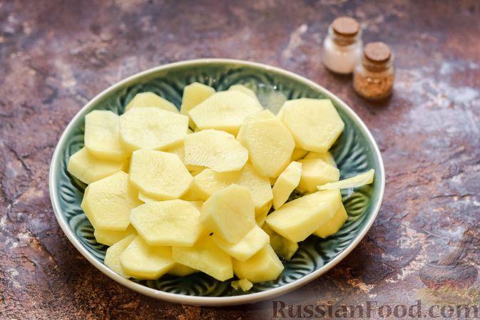 Фото приготовления рецепта: Картофельные котлеты с консервированным тунцом, сыром и зеленью - шаг №2