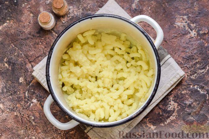 Фото приготовления рецепта: Картофельные котлеты с консервированным тунцом, сыром и зеленью - шаг №4