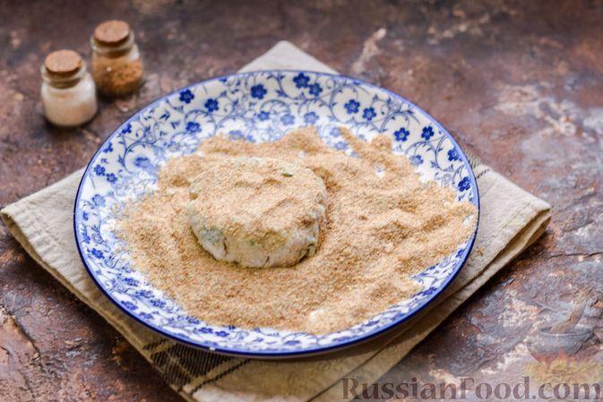 Фото приготовления рецепта: Картофельные котлеты с консервированным тунцом, сыром и зеленью - шаг №13