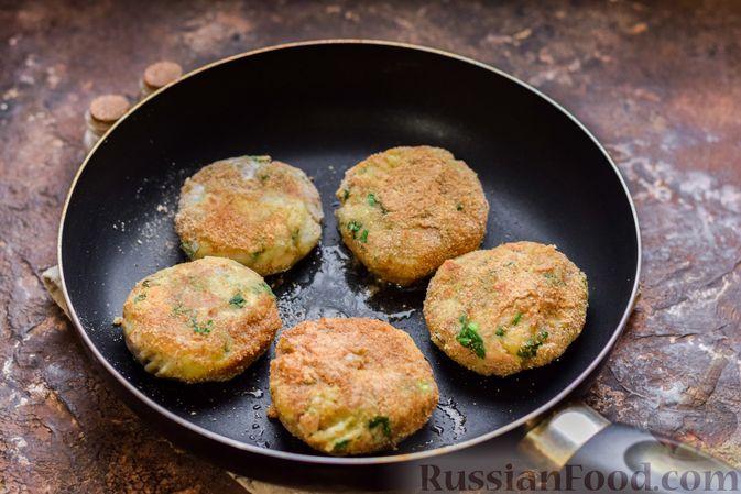 Фото приготовления рецепта: Картофельные котлеты с консервированным тунцом, сыром и зеленью - шаг №14