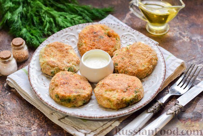 Фото приготовления рецепта: Картофельные котлеты с консервированным тунцом, сыром и зеленью - шаг №15