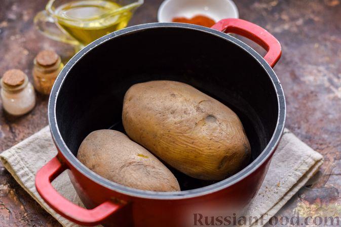 Фото приготовления рецепта: Картофель, фаршированный зелёным горошком и сыром (в духовке) - шаг №2