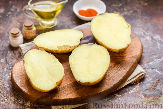 Фото приготовления рецепта: Картофель, фаршированный зелёным горошком и сыром (в духовке) - шаг №5