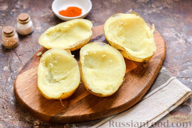 Фото приготовления рецепта: Картофель, фаршированный зелёным горошком и сыром (в духовке) - шаг №6