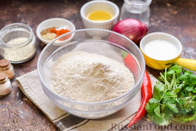 Фото приготовления рецепта: Цельнозерновые луковые крекеры с кинзой, кунжутом и пряностями - шаг №1