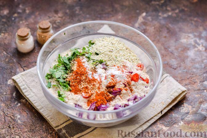 Фото приготовления рецепта: Цельнозерновые луковые крекеры с кинзой, кунжутом и пряностями - шаг №4