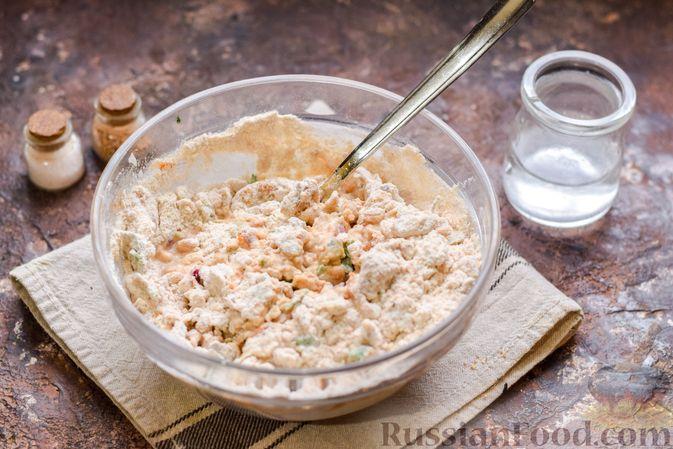 Фото приготовления рецепта: Цельнозерновые луковые крекеры с кинзой, кунжутом и пряностями - шаг №6