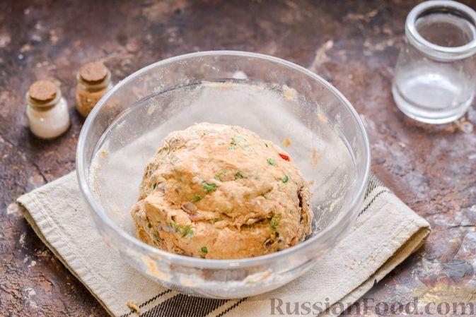Фото приготовления рецепта: Цельнозерновые луковые крекеры с кинзой, кунжутом и пряностями - шаг №7