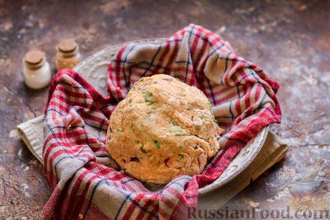 Фото приготовления рецепта: Цельнозерновые луковые крекеры с кинзой, кунжутом и пряностями - шаг №8