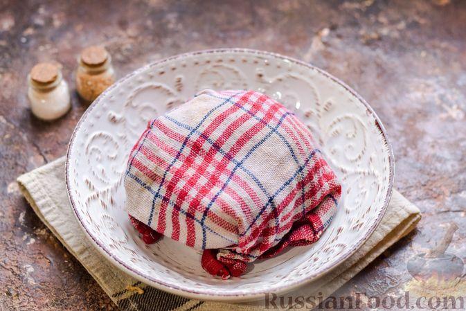 Фото приготовления рецепта: Цельнозерновые луковые крекеры с кинзой, кунжутом и пряностями - шаг №9