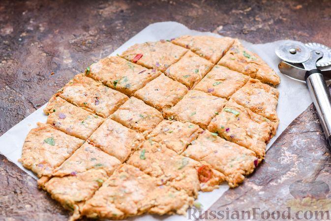 Фото приготовления рецепта: Цельнозерновые луковые крекеры с кинзой, кунжутом и пряностями - шаг №10