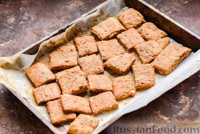 Фото приготовления рецепта: Цельнозерновые луковые крекеры с кинзой, кунжутом и пряностями - шаг №11