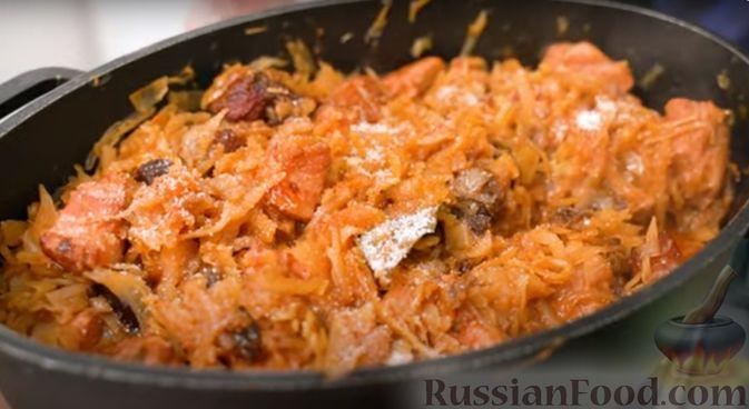 Фото приготовления рецепта: Бигос со свиными ребрами, квашеной и свежей капустой - шаг №7