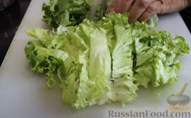 Фото приготовления рецепта: Салат с креветками и авокадо - шаг №3