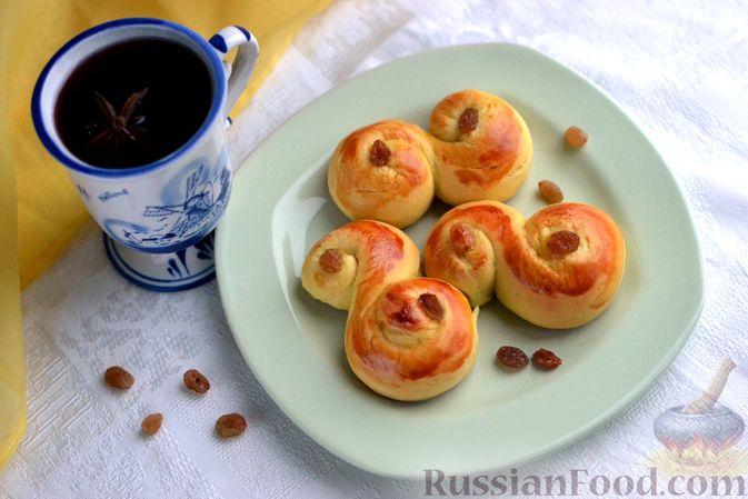 Фото к рецепту: Луссекатт (шведские шафрановые булочки)