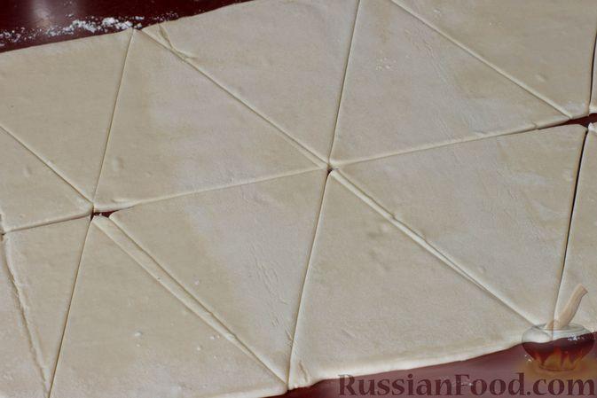 Фото приготовления рецепта: Слоёные рогалики с яблоками, запечённые в лимонаде - шаг №3
