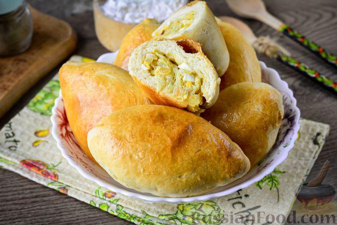 Фото к рецепту: Дрожжевые пирожки с пекинской капустой, рисом и яйцами