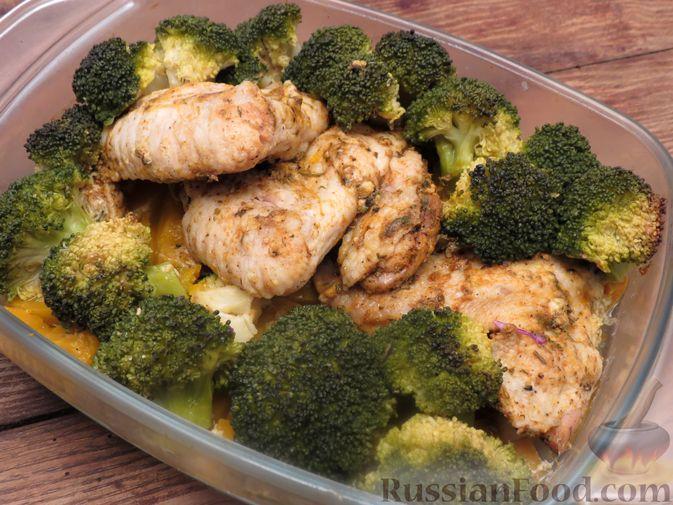 Фото к рецепту: Куриные крылышки, запечённые с брокколи и тыквой