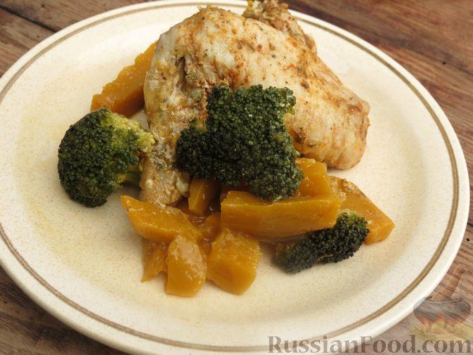 Фото приготовления рецепта: Куриные крылышки, запечённые с брокколи и тыквой - шаг №13