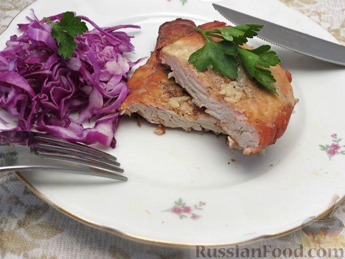 Фото к рецепту: Отбивные из индейки, запечённые со сметаной